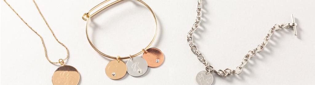 Tu peux aussi graver du métal pour faire par exemple des bijoux personnalisés.